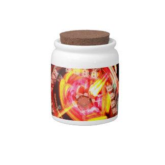 Colores de giro del paseo justo rojos y amarillos jarras para caramelos