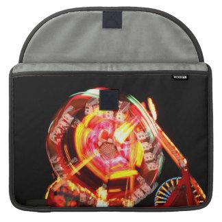 Colores de giro del paseo justo rojos y amarillos fundas macbook pro
