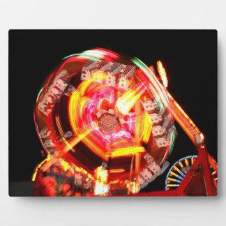 Colores de giro del paseo justo rojos y amarillos placas con foto