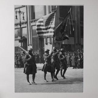 Colores de la 369a infantería famosa en desfile póster