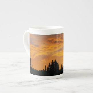 Colores de oro de la salida del sol taza de porcelana
