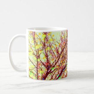 Colores del arte expresivo de las ramas de árbol taza