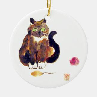 Colores del calicó - el gatito tiene dos juguetes ornamentos para reyes magos