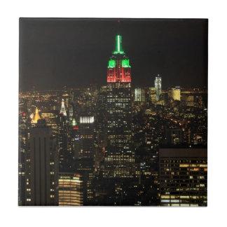 Colores del navidad del Empire State Building en l Tejas Cerámicas