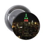 Colores del navidad del Empire State Building en Pin Redondo De 2 Pulgadas