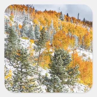 Colores del otoño Nevado de la montaña rocosa de Pegatinas Cuadradas Personalizadas