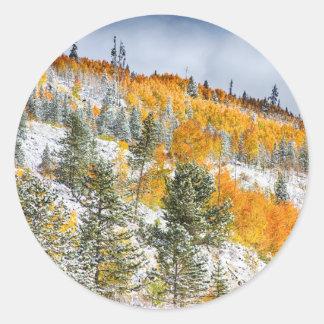 Colores del otoño Nevado de la montaña rocosa de Etiqueta Redonda