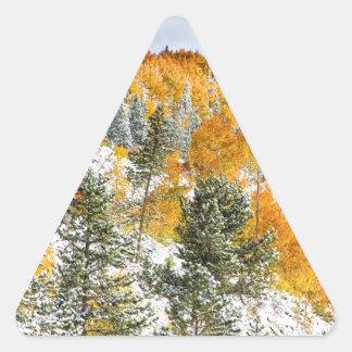 Colores del otoño Nevado de la montaña rocosa de Calcomanías Trianguladas Personalizadas