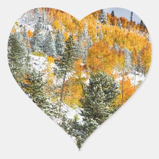 Colores del otoño Nevado de la montaña rocosa de Colcomanias De Corazon Personalizadas