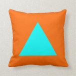 Colores del triángulo - ciánicos en el naranja almohada