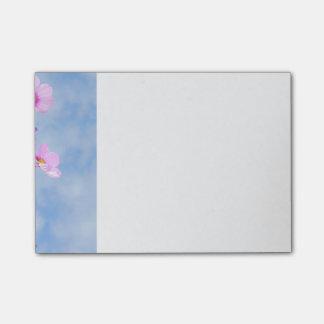 Colores delicados de las flores del bonito post-it® nota