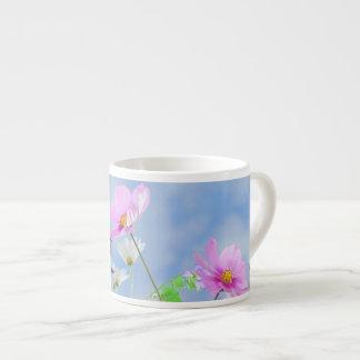 Colores delicados de las flores del bonito taza espresso