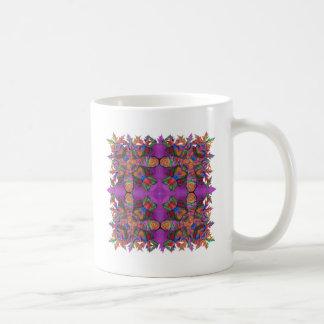 Colores vibrantes de los rosas de la cruz elaborad taza