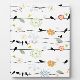 Colorful_birds en un alambre placa de madera