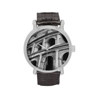 Colosseum romano con los dibujos arquitectónicos reloj