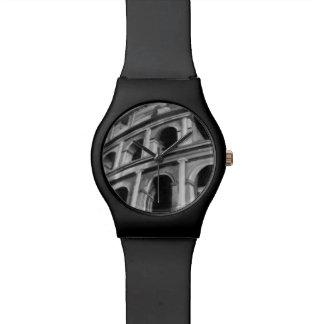 Colosseum romano con los dibujos arquitectónicos relojes