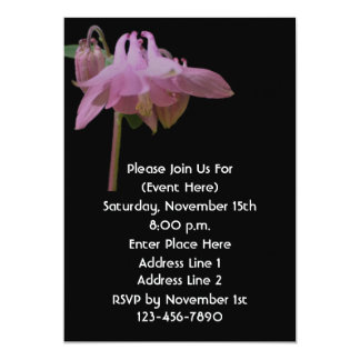 Columbine rosado en la invitación floral negra