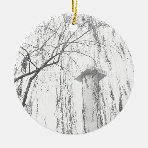 Columna bajo alto rango dinámico del árbol que llo adornos de navidad