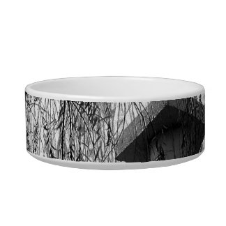 Columna bajo imagen blanco y negro del árbol que l comedero para mascota