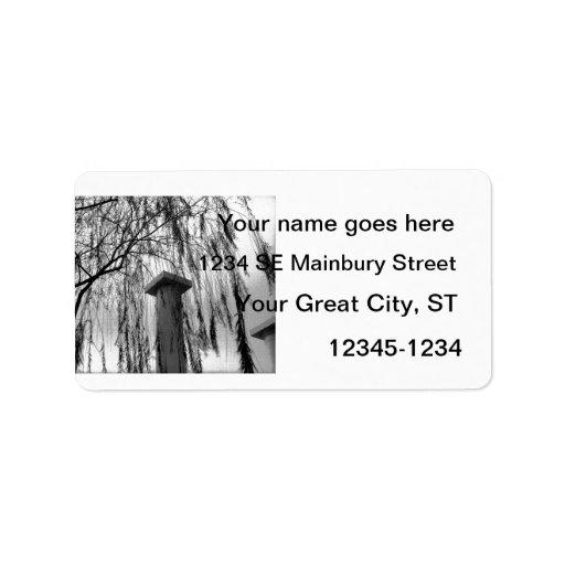 Columna bajo imagen blanco y negro del árbol que l etiquetas de dirección