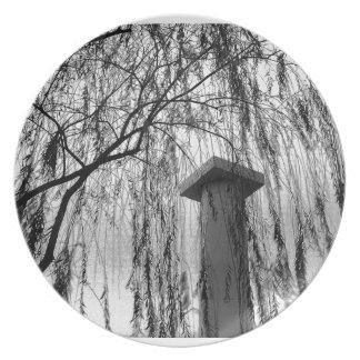 Columna bajo imagen blanco y negro del árbol que l plato de comida