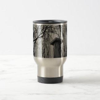 Columna bajo imagen blanco y negro del árbol que l taza