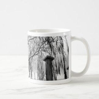 Columna bajo imagen blanco y negro del árbol que l tazas de café