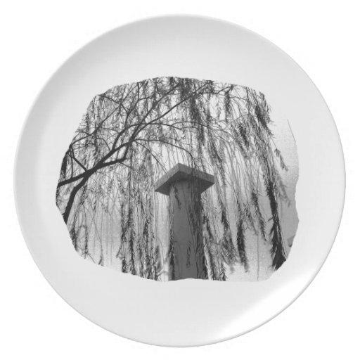 Columna bajo recorte del árbol que llora platos de comidas