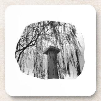 Columna bajo recorte del árbol que llora posavasos de bebidas