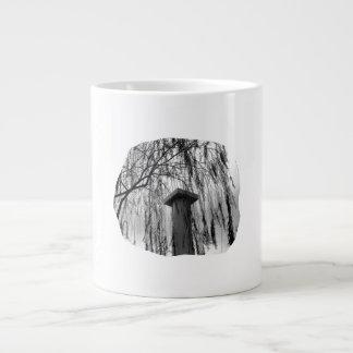 Columna bajo recorte del árbol que llora tazas extra grande