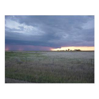 Columna de la lluvia en la puesta del sol tarjetas postales