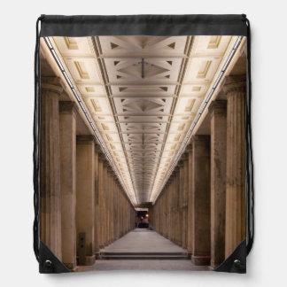 Columnata Alte Nationalgalerie en Berlín Alemania Mochila