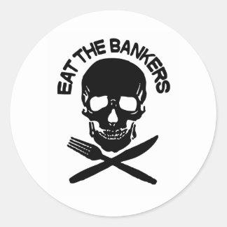 coma a los banqueros cráneo y huesos pegatinas redondas