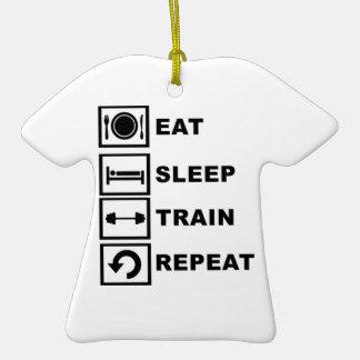 Coma, duerma, entrene, repita adorno de cerámica en forma de camiseta