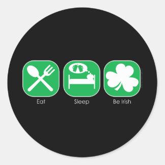 Coma el sueño sea copia irlandesa pegatina redonda