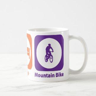 Coma la bici de montaña del sueño taza clásica