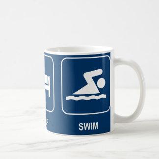 Coma la taza de la nadada del sueño