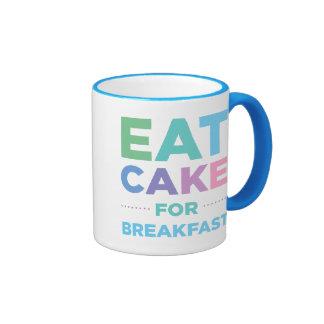 Coma la torta para la taza del desayuno