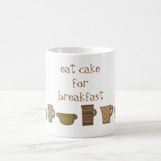 Coma la torta para la taza del té del café del
