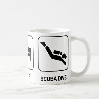 Coma la zambullida del equipo de submarinismo del taza clásica