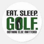 Coma las camisetas del golf del sueño y júntelas pegatina redonda
