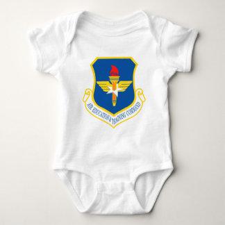 Comando de la educación y formación del aire body para bebé