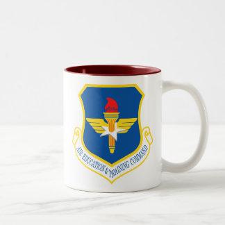 Comando de la educación y formación del aire taza de café de dos colores