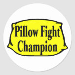 Combatiente de la almohada pegatina redonda