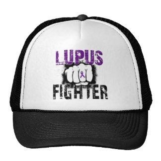 Combatiente del lupus con el puño gorras de camionero