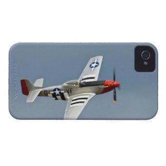 Combatiente del mustango de P-51D con volar de las iPhone 4 Case-Mate Protectores