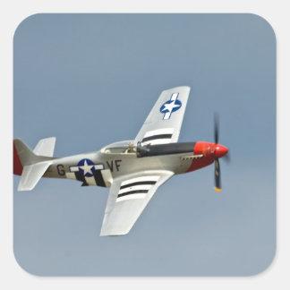Combatiente del mustango de P-51D con volar de las Pegatina Cuadrada