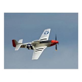 Combatiente del mustango de P-51D con volar de las Tarjetas Postales