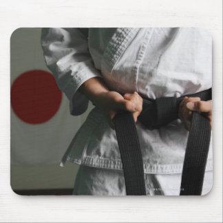 Combatiente del Taekwondo que tensa la correa Tapete De Ratones