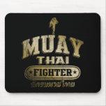 Combatiente tailandés de Muay del oro Alfombrillas De Ratón